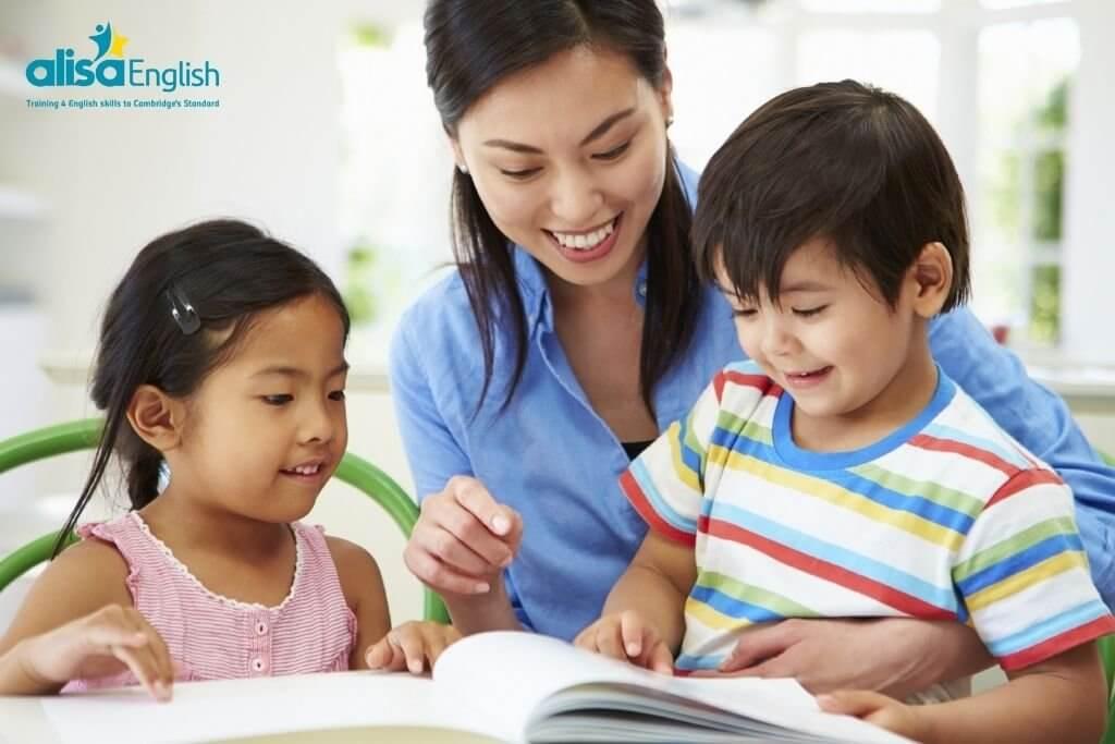 Một kinh nghiệm dạy tiếng Anh cho trẻ lớp 4 là hãy để trẻ tự học mọi lúc mọi nơi